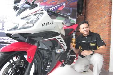 Eddy Saputra - Direktur PT Sena Autopart Indonesia (distributor resmi Ohlins di Indonesia) dengan YZF-R15 Supernova White dan suspensi Ohlins