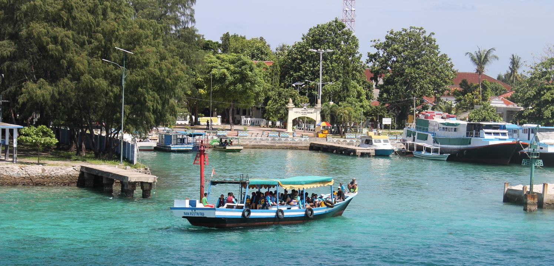 Kesibukan dermaga Pulau Pramuka