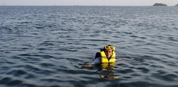 Kegiatan snorkeling merupakan aktivitas favorite di pulau