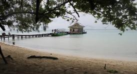 Dermaga pantai Pulau Semak Daun