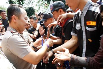 Kapolres Cimahi AKBP Ade Ary Syam Indradi secara simbolis memasang gelang pelopor keselamatan berlalulintas