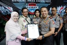 Penyerahan rekor MURI pemasangan gelang pelopor keselamatan terbanyak kepada Kepolisian Resor Cimahi yang menggandeng ribuan anggotaIndonesia Max Owners dan Bandung Nmax Community
