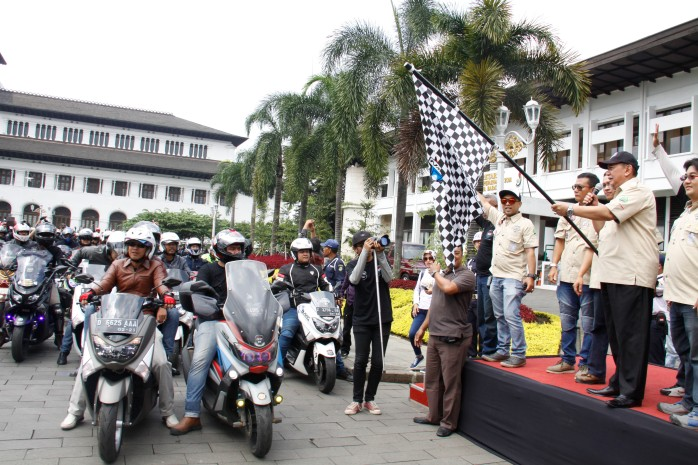 Wakil Gubernur Provinsi Jawa Barat Deddy Mizwar melepas rombongan city rolling NMAX di Jamnas pertama Indonesia Max Owners (IMO) dan Ultah pertama Bandung Nmax Community (BNC).jpg