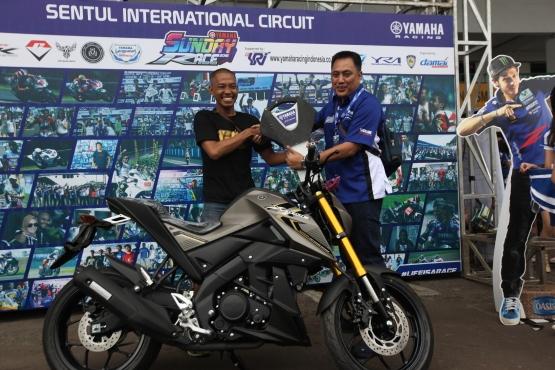 Juara Umum Sport 150cc Pro Riders Febrianus Balank dengan hadiah 1 unit Xabre