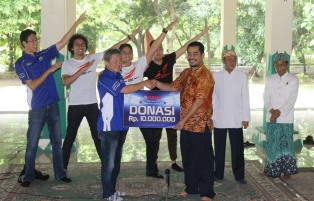 Management PT Yamaha Indonesia Motor Manufacturing (YIMM) memberikan donasi kepada pengelola Keraton Kasepuhan Cirebon