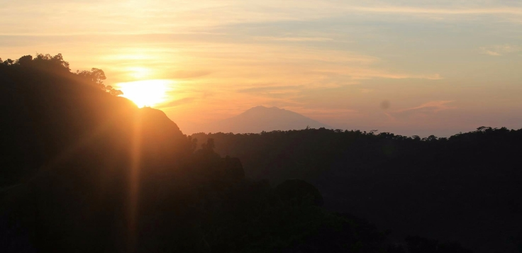 Sunrise di Puncak Gunung Nglangeran