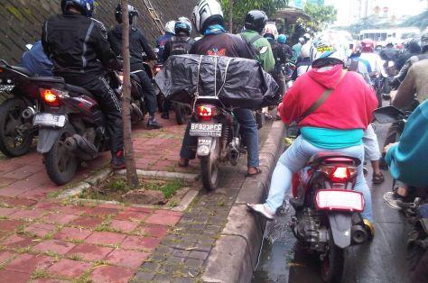 Aksi pengendara motor di Jalan Gatot Soebroto