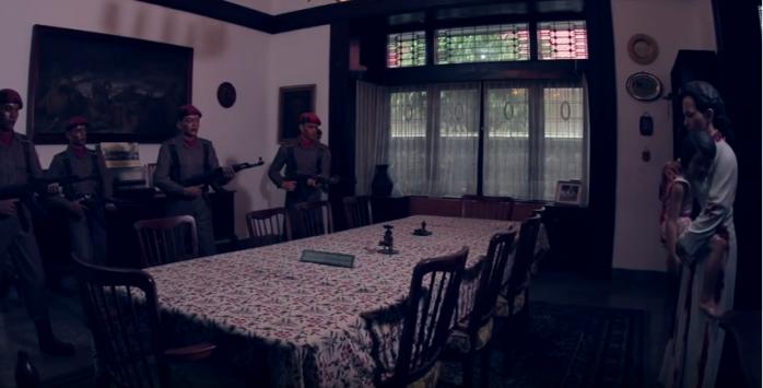 Dengan menggendong ade, Ibu Naution menemui pasukan cakrabirawa