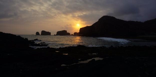 Menikmati sunset di Pantai Gunung Kidul