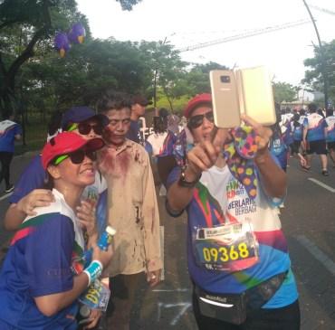 Selfie bareng zombie