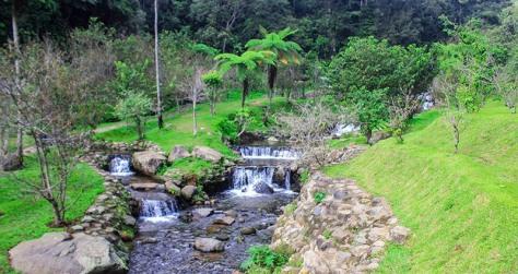 Sungai Ciwalen di Tegah Taman Sakura